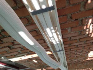 #gahecor realiza calas en fachada para instalación de tuberías de climatización por parte de #instalaciones abril en canaletas de #unex
