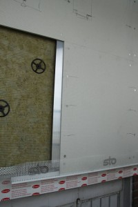 Fachada ventilada de #sto con canaletas para instalaciones de #unex